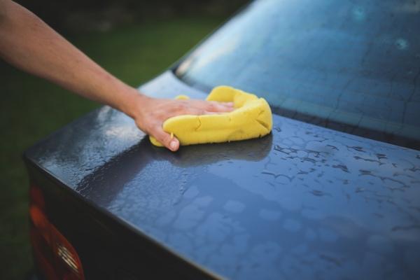 brak zacieków na mytych powierzchniach, w tym na samochodach