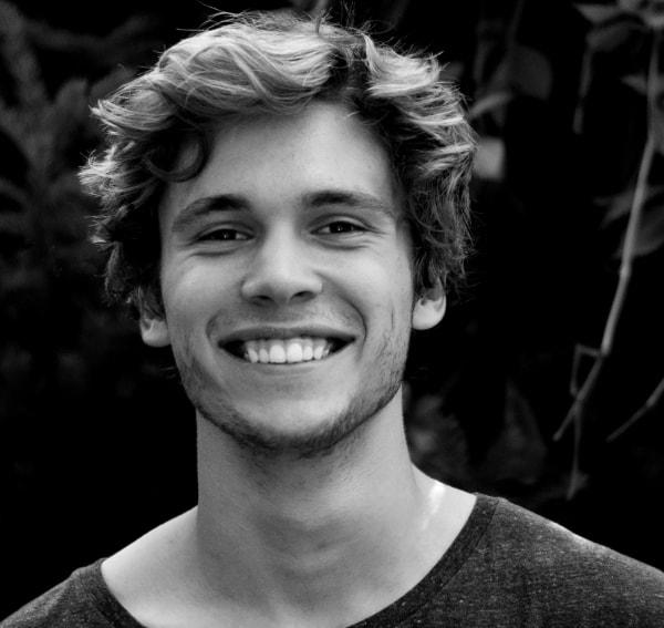 młody uśmiechnięty mężczyzna - opinia o miękkiej wodzie