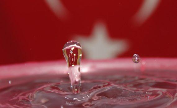 czysta woda na czerwonym tle