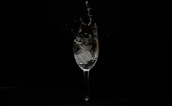 woda w kieliszku