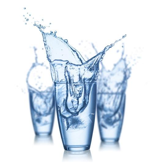 trzy szklanki wypełnione czystą wodą